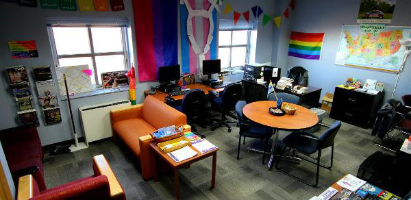 The LGBTQ资源中心 is a fun and relaxing place to hang out. There are couches, as study area, computers, mini-fridge, microwave, books and magazines for students to enjoy.